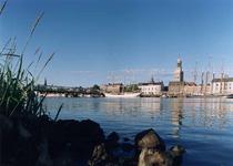 F013216 Het stadsfront van Kampen, benedenstrooms van de IJssel. Te zien zijn; de stadsbrug, daarachter, links de ...