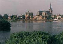 F013233 Een gedeelte van het rivierfront van de IJssel met de Koornmarktspoort en de Sint Nicolaas- of Bovenkerk.