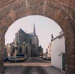 F013237 Doorkijk vanuit de Koornmarktspoort op de Sint Nicolaas- of Bovenkerk, een kruisbasiliek..