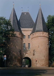 F013239 De Koornmarktspoort uit ca. 1375, de oudste stadspoort van Kampen. Samen met de Cellebroederspoort en de ...