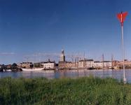F013245 Afgemeerde zeilboten van de bruine vloot aan de IJsselkade bij Kampen. Met links de oude stadsbrug. In het ...