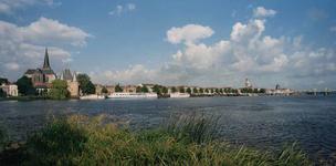 F013246 Het Kamper stadsfront over de IJssel gezien. .