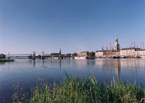 F013250 Stadsfront met IJsselbrug.