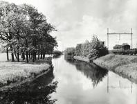 FOTO-000006 Dobbewatering door het landgoed Duivenvoorde richting Leidschendam, langs spoorlijn Haarlem-Den Haag, 1965