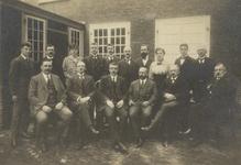 FOTO-000277 Personeel van de Secretarie en de opzichters van de districten op de binnenplaats van het gemeenl..., circa 1920