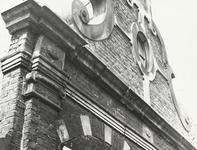 FOTO-000290 Detail top voorgevel van het gemeenlandshuis van Rijnland, circa 1965