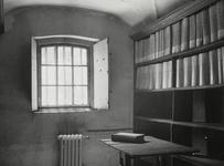 FOTO-000301 Rijnlands oudste archiefbewaarplaats, het IJzeren Kantoor in het gemeenlandshuis van Rijnland, circa 1950
