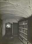 FOTO-000303 Rijnlands archiefbewaarplaats, het IJzeren Kantoor met oud-archief, privilegekist en brandkast in..., circa 1922