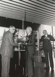FOTO-000316 Dhr. A. van der Starre, modelbouwer, biedt dijkgraaf Knobelsdorf een model van de meerboeier aan, 1978