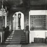 FOTO-000459 Voorhal in het gemeenlandshuis van Rijnland, met oude geld- en privilegekist, 1965