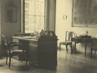 FOTO-000464 Secretariskamer in het gemeenlandshuis van Rijnland, met uitzicht op de Stadsgehoorzaal, 1943