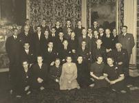 FOTO-001067 Het personeel van het hoogheemraadschap van Rijnland bijeen in de Grote Zaal van het gemeenlandsh..., 1957