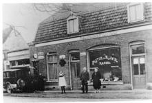500492 Moter en rijwielenhandel van Laarhoven, 1930
