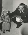 198452 Het aanbieden van het eerste vaatje Hollandse Nieuwe aan burgemeester Herman Witte door de kleindochter van ...
