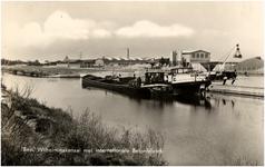 11949 Binnenschepen aan de loskade in het Wilhelminakanaal bij het internationale Betonfabriek, 1960