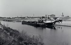 23481 Het laden of lossen van binnenvaartschepen in het Wilheminakanaal bij de loskade van de Internationale Beton ...
