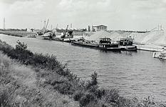 23487 Wilhelminakanaal met loskade van de Internationale Bouw Compagnie (IBC), 01-1962