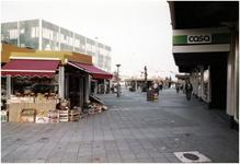 504 Het 18 Septemberplein met op de voorgrond een groentewinkel in een honingraatwinkeltje, 11-1983