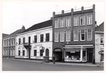 28756 V.r.n.l.: Café-restaurant-tapperij Gilbert (26), Groothandel Hooyen b.v.(24), Schilders Doe hetzelf verven Hooyen ...