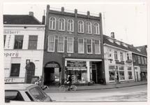 28758 Gemeentelijk monument V.r.n.l.: Café-restaurant-tapperij Gilbert (26) / Groothandel Hooyen (24) / Schilders+Doe ...