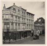 29592 Grossierderij H. van Kempen van Lierde op de hoek van de Markt en de 'Jan van Hooffstraat' met rechts daarvan de ...