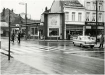 69063 Kruising Vestdijk-Nieuwstraat. Te zien zijn oa. viswinkel Tekelenburg en reisbureau Cito, 1961