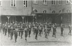 191 De leerlingen van Pensionaat Eikenburg krijgen gymnastiekoefeningen op de binnenplaats. Één van de jongens is W.van ...