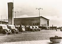 2775 Het 18 Septemberplein gezien in de richting van het station met busperrons op de voorgrond, ca. 1960