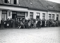 3737 Een lange rij wachtenden voor de Zee- en Riviervischhandel A. Adam & Zn, Aalsterweg 83, tijdens WO II, 1943 - 1944