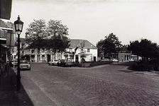 22923 Kruising Rijkesluisstraat - Gasthuisstraat Centraal de Grote Stoel, op de achtergrond Optiek Onder de Linden, 1986