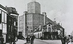 25850 Emmasingel, met in het midden café Central, gezien vanaf de Parallelweg, 1929 - 1930