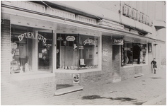 69209 Drogisterij en opticiën H.A. Croonen, Bleekstraat 28. Rechts het Bandenhuis. In 1951 werd deze straat een ...