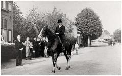 146740 Jacobus Schellens op een (zijn?) rij paard bij gelegenheid van zijn 50 jarig huwelijks jubileum met Petronella ...