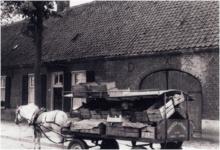 188570 Het venten van groente en fruit met paard en wagen door Jan van Bree, 08-1961