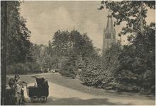 193881 Vrouw en kinderen zitten op een bankje in het Stadswandelpark. Op de achtergrond de St. Joriskerk, 1936