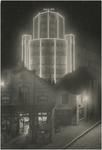 194128 Avondopname van Café Central/ Tramhalt van C. v.d. Hogen - v.d. Hurk, met daarachter de Lichttoren van Philips ...