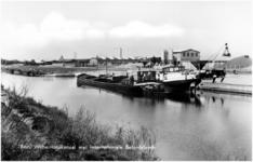 12837 Het laden en lossen van binnenvaartschepen bij de betonfabriek, 04-1968