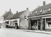 27464 Hoogstraat 125 t/m 129, met op nr 125 bakkerij van Kemenade, op nr. 127 groentewinkel J.v.Rooy en op nr. 129 een ...
