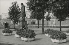 Een serie van 3 foto's betreffende het standbeeld Anton Philips, 18 Septemberplein, 1961