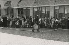 Een serie van 4 foto's betreffende het bezoek van invalide kinderen aan de nieuwe brandweerkazerne, 29-07-1954