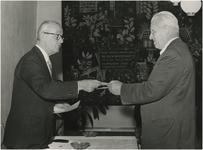Een serie van 3 foto's betreffende het uitreiken van de cultuurprijs van 1956 aan beeldhouder prof. Wenckebach door ...