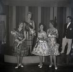 254968 De prijswinnaars, vier dames met bloemen, muzikant op het podium, 1961