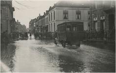 Een serie van 52 foto's en prentbriefkaarten betreffende wateroverlast / overstroming, aanleiding: De hoge waterstand ...