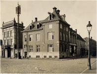 65093 De Amsterdamsche Bank, de telegraafmast en het pand Marée Electrische Installatien aan de Markt. Rechts het pand ...