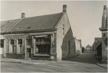 66498 Electrische banketbakkerij, Hoogstraat, met zicht in de Rivierstraat, 03-1944