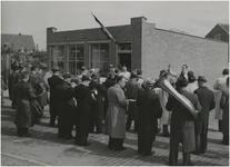 196532 Ceremonieel moment met het harmonieorkest voor paardenslagerij Van Wel, 05-1948