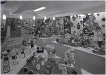 139917 Interieur Opticien W. Werrelman: de afdeling met uurwerken op de eerste verdieping, 02-1958