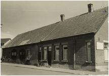 100858 Bindersestraat 13 / hoek St. Willibrordstraat. In deze boerderij is het timmerbedrijf Jac. Langewouters ...