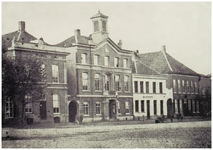 104351 Markt, westkant. Het voormalige stadhuis. Links van het stadhuis de woning van notaris Sassen. Rechts hotel van ...