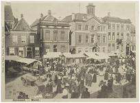 104359 Markt, westkant. Op de voorgrond marktkraampjes en belangstellenden tijdens de zaterdagse weekmarkt. Van links ...